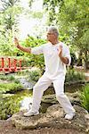 Homme pratiquer le Tai Chi