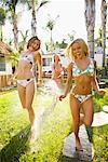 Frau Spritzen Freunde mit Schlauch, Encinitas, San Diego County, Kalifornien, USA