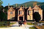 Muckross House, Killarney, County Kerry, Irland; Pferd und Wagen vor dem Herrenhaus