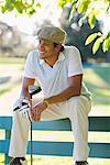 Mann, sitzend auf Bank, eine Pause von Golfen, Salem, Oregon USA