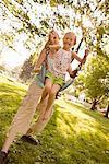 Mère fille pousse sur Swing