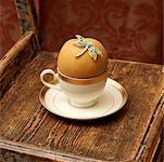 Poire dans la tasse de thé avec pendentif libellule