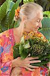 Voir le profil:: femme tenant des plantes