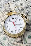 Nahaufnahme der Wecker am Geldschein