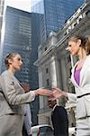 Faible angle vue de deux femmes d'affaires, serrant la main
