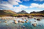 Rivière à travers le marécage de bruyère, Cuillin Hills, Isle of Skye Hébrides intérieures en Écosse