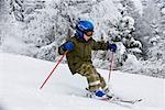 Jeune garçon ski