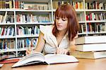 Junge Frau, die Arbeiten in der Bibliothek