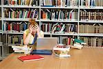 Désespéré de jeune femme en bibliothèque