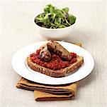 Saucisses à la sauce tomate sur pain noir