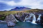 Sunrise Over montagnes et cascade, Cuillin Hills, Isle of Skye, Hébrides intérieures en Écosse