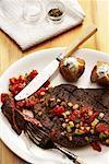 Teller mit Steak und Kartoffeln