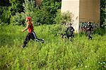 Policiers et Police Dog Chasing soupçonnent à travers champ