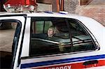 Suspects dans le siège arrière de voiture de Police