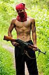 Portrait d'un homme tenant le pistolet