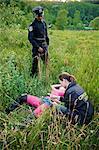 Gerichtsmediziner untersuchen Körper der Frau im Feld, Toronto, Ontario, Kanada