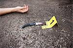 Blutige Messer vom Körper am Tatort