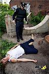 Polizist mit der Leiche am Tatort, Toronto, Ontario, Kanada
