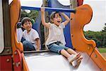 Kinder spielen auf Folie in einem park
