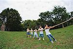 Kinder spielen Tauziehen im park