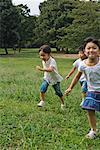 Trois enfants jouant ensemble dans un parc