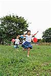 Jeunes filles jouant avec des ballons dans un parc