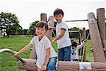 Enfants jouant sur jungle gym dans un parc