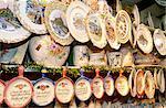 France, Normandie, Mont-Saint-Michel, boutique de souvenirs, peint plaques à vendre