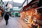France, Normandie, Mont-Saint-Michel, « Grande rue » au crépuscule, magasins de souvenirs