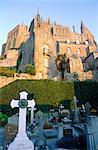 France, Normandie, Mont Saint-Michel, l'abbaye vue depuis le cimetière