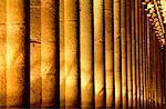 France, Normandie, Mont Saint-Michel, l'abbaye, les colonnes de la salle à manger éclairés la nuit