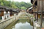 Village de Zhaoxing, Guizhou, la Chine, construire des maisons en bois le long d'une rivière