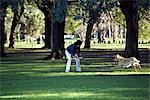 Femme dans le parc avec le chien