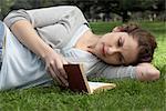 Livre de lecture de femme dans le parc
