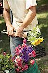 Vendeur de fleur fleurs d'emballage au marché de l'agriculteur biologique
