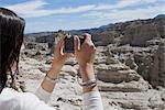 Profil de côté d'une femme, photographier avec un appareil photo numérique