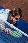 Jeune homme jouant tennis de table