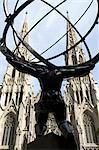 Statue en face de cathédrale, Manhattan, New York City, New York, États-Unis Saint-Patrick