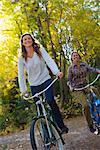 Zwei Frauen Fahrrädern durch Wald