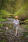 Junge entlang Creek, Portland, Oregon, USA