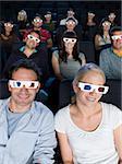 Un public de cinéma regarder un film en 3d