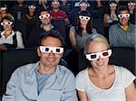 Un couple de regarder un film en 3d