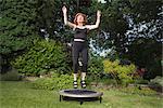 Femme mature sauter sur le trampoline