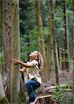 Jeune fille commence à monter le grand arbre