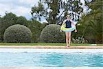 Jeune fille debout au bord de piscine