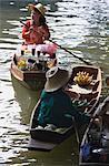 Boissons et vendeurs de fruits sur le marché, Bangkok, Thaïlande flottant