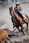 Frau Abseilen Kalb in Rodeo, Kainai Nation, südlich von Fort Macleod, Alberta, Kanada