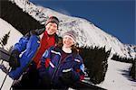 Porträt des Paares auf einer Skihütte, Arapahoe Basin, in der Nähe von Frisco, Colorado, USA