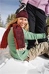 Femme assise dans la neige, tenant à des jambes de l'ami, près de Frisco, Summit County, Colorado, Etats-Unis