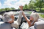 Couple excité en décapotable, Niagara Falls, Ontario, Canada